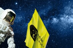 Pannon_Csillagda_astronaut_flag_by_night.jpg