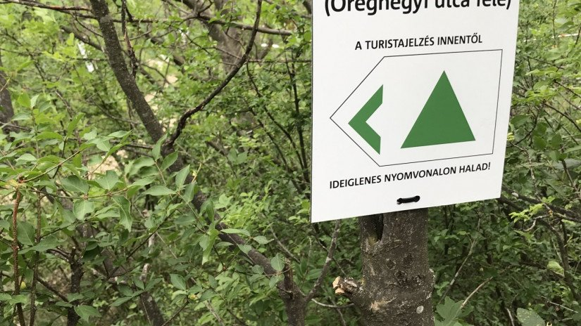 Sign of the temporary hiking trail